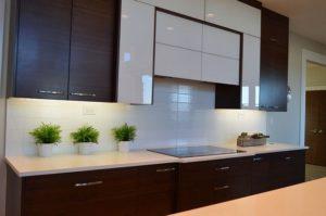 Die mittlere Küche mit Abzugshaube und Kochfeld